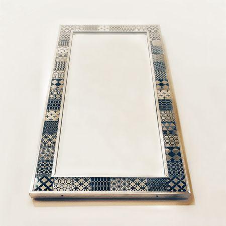 Oglindă dreptunghiulară cu ramă realizată din pătrate decorative din sticlă